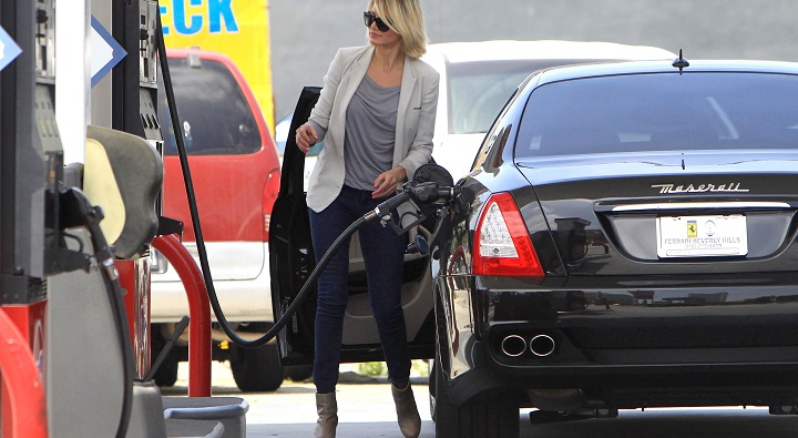 Cameron Diaz Pumps Her Own Gas