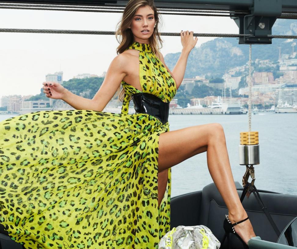 Versace apuesta por los naranjas y el celeste en la moda de Milán 18