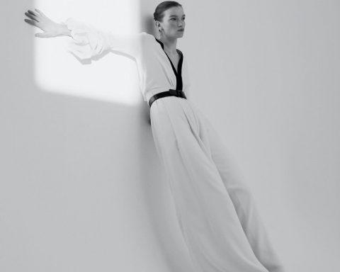 el fotógrafo can buyuk kalkan retrata a eva klimková en vestuario minimalista 30