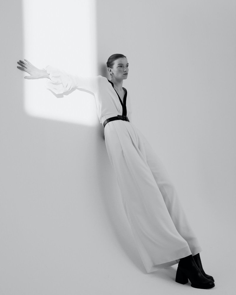 el fotógrafo can buyuk kalkan retrata a eva klimková en vestuario minimalista 2