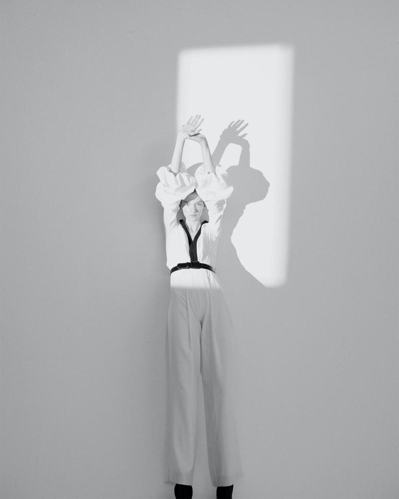 el fotógrafo can buyuk kalkan retrata a eva klimková en vestuario minimalista 3