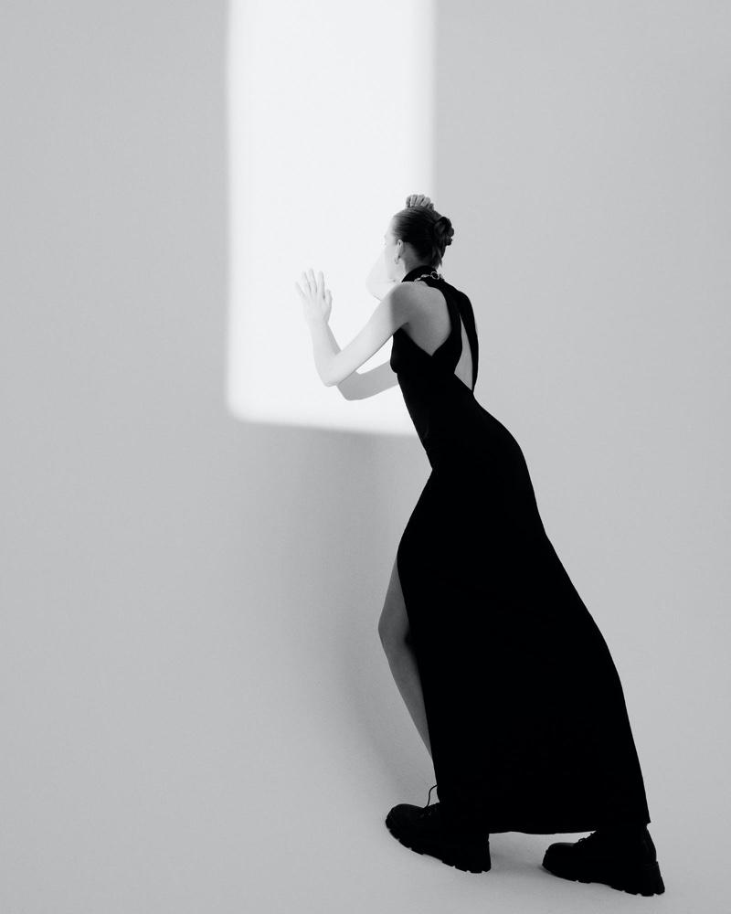 el fotógrafo can buyuk kalkan retrata a eva klimková en vestuario minimalista 4